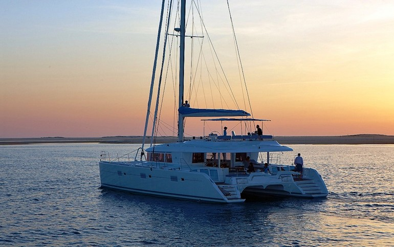 Catamarano di lusso lagoon 620 am charter for Catamarani di lusso