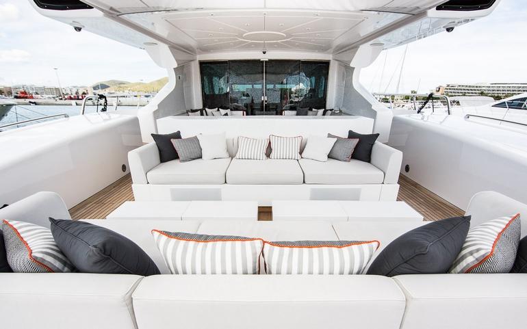 Mangusta 131 yacht di lusso beachouse am charter for Cabine invernali di lusso